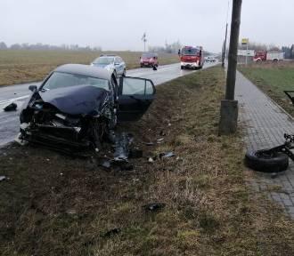Wypadek w Cielętach. Volkswagen golf zderzył się z ciężarówką. Ranna 42-latka