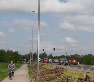 Na ulicy Zatorskiej w Oświęcimiu stawiają nowe latarnie