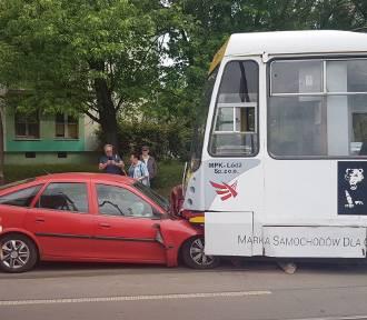 Czołowe zderzenie z tramwajem [ZDJĘCIA]
