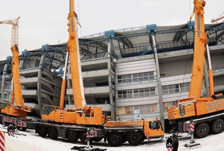 Na budowie stadionu  pojawiły się dźwigi