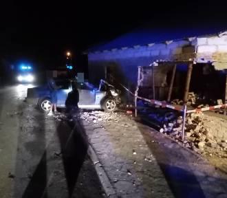 Wypadek w Starym Dzierzgoniu - samochód wjechał w budynek gospodarczy [ZDJĘCIA]