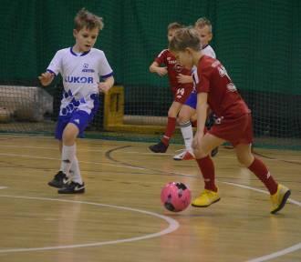 Bełchatów. Rozegrano turniej piłki nożnej dzieci z rocznika 2011 i młodszych [GALERIA]