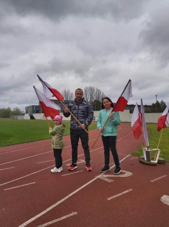 Przez cały dzień mieszkańcy gminy Sulechów biegali z biało-czerwoną flagą wokół stadionu