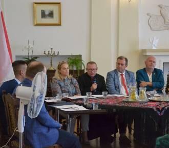 """W Lipnie """"Narodowe Czytanie"""" zorganizowała Miejska Biblioteka Publiczna. Nowele czytały osoby"""