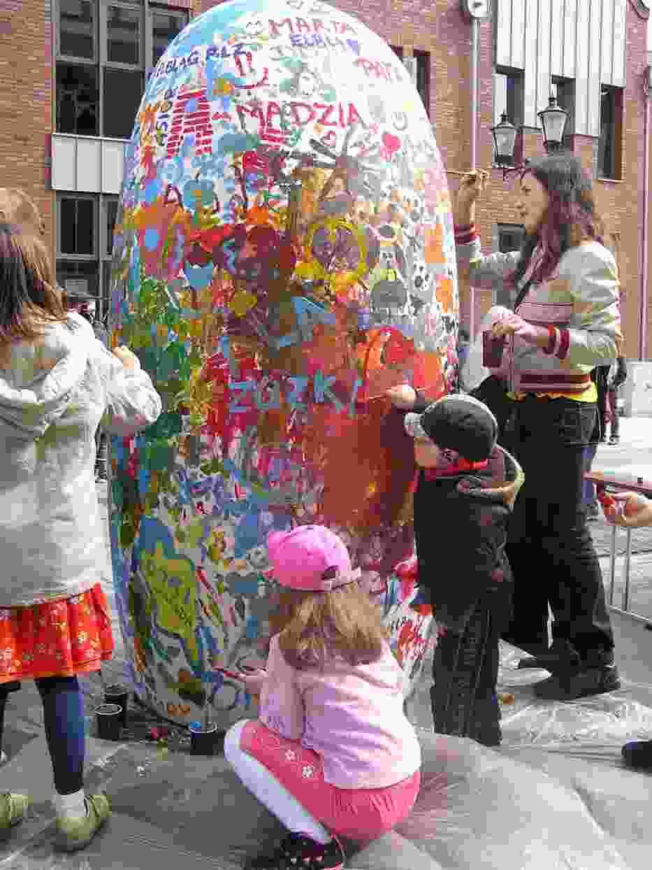 Impreza wielkanocne malowanie wielkiego jaja odbyła się Ratusza Staromiejskiego i elbląskiej katedry