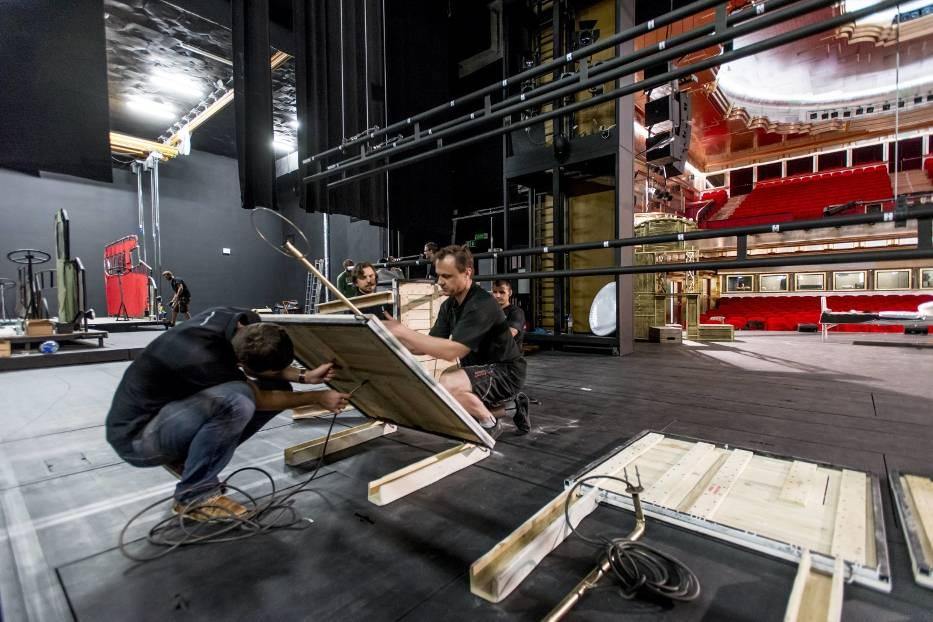 """Przygotowywanie scenografii do spektaklu """"Mistrz i Małgorzata"""""""