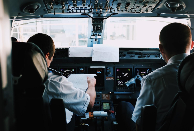 Zarobki pilotów to temat, o którym rozmawia się przy stole, na prywatce i w pubie