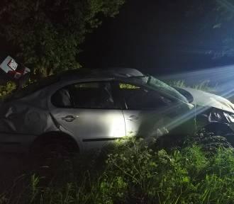 Wypadek w gminie Lichnowy [ZDJĘCIA]. Kobieta trafiła do szpitala po dachowaniu