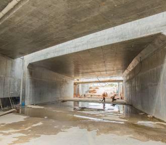 Tunel na Węźle Kwiatowa w Wejherowie w zaawansowanym etapie budowy. Widać już światło w tunelu