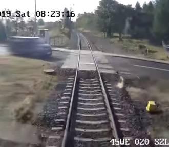Kierowca busa, który utknął miedzy rogatkami stanie teraz przed sądem [WIDEO/ZDJĘCIA]