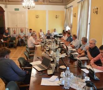 Ochrona próbowała wyprowadzić burmistrza Łowicza z biurowca. Pomogła mu policja [Aktualizacja]