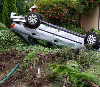 Samochód dachował w Czarnej Łące pod Szczecinem. Honda wylądowała w ogródku [ZDJĘCIA, WIDEO]