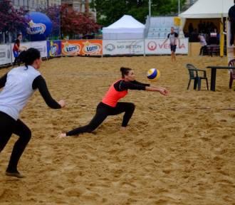 Plaża Wolności: Siatkówka plażowa w deszczu na Placu Wolności [WIDEO, ZDJĘCIA]