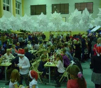 Świąteczny jarmark w Darzlubiu (2018). Szkoła zamieniła się w Hogwart, tylko że w świątecznym