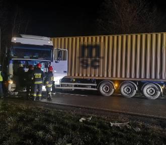 Smęgorzów. Zderzenie aut na drodze krajowej nr 73. Samochód ciężarowy zablokował trasę [ZDJĘCIA]
