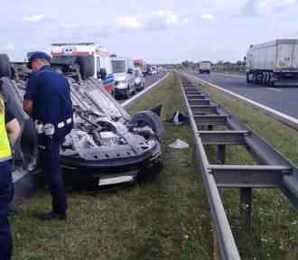 Samochód osobowy dachował na drodze S3