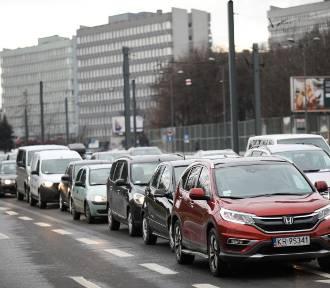 Kraków. Wróciła zimowa pogoda, ciężkie piątkowe popołudnie na drogach [ZDJĘCIA]