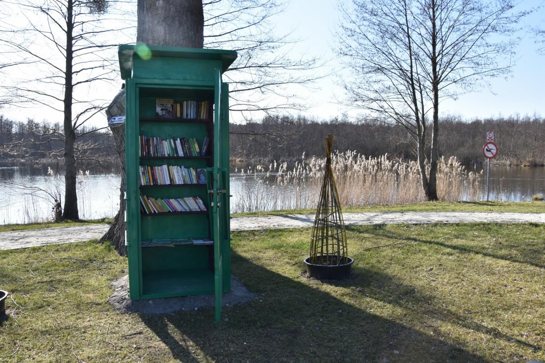 Każda osoba odwiedzająca teren przy jeziorku, może spędzić czas czytając jedną z książek z budki