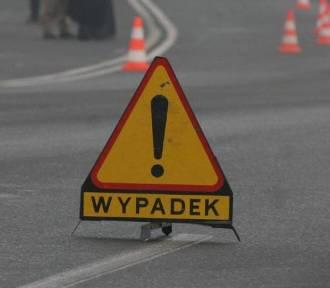 Wypadek w Witanowicach. Samochód wypadł z drogi i uderzył w drzewo