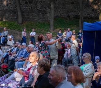COOLturalne wakacje w Stargardzie. Kapela z szaconkiem rozbujała publiczność w teatrze letnim