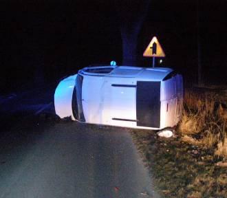 Nocny wypadek w Nowej Wsi Malborskiej. Auto wypadło z drogi i uderzyło w drzewo