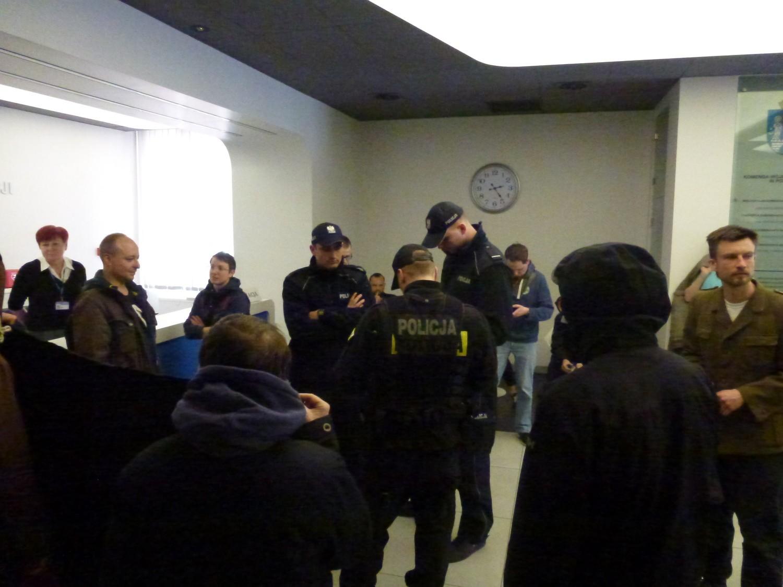 Poznańscy anarchiści protestowali w komendzie policji