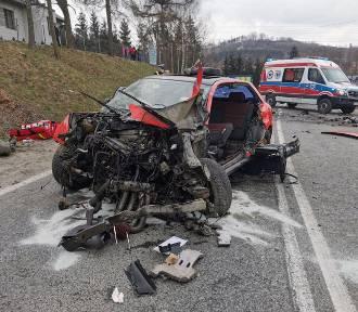 Czołowe zderzenia dwóch samochodów koło Tuchowa. Droga była zablokowana
