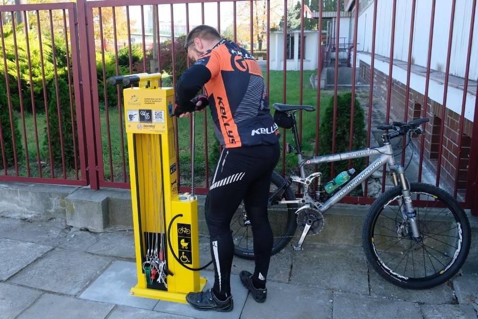 W Przemyślu postawiono trzy stacje do samoobsługowej naprawy rowerów