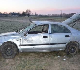 Nietrzeźwy kierowca dachował. Dwie osoby trafiły do szpitala
