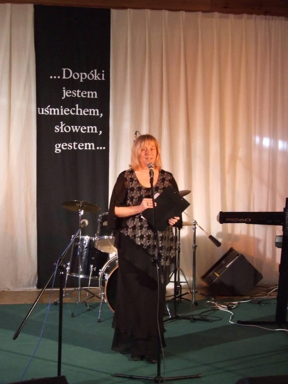 Małgorzata Jurkowska wita zaproszonych gości i artystów