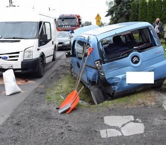 Wypadek w Mokrej Prawej. Jedna osoba trafiła do szpitala [ZDJĘCIA]
