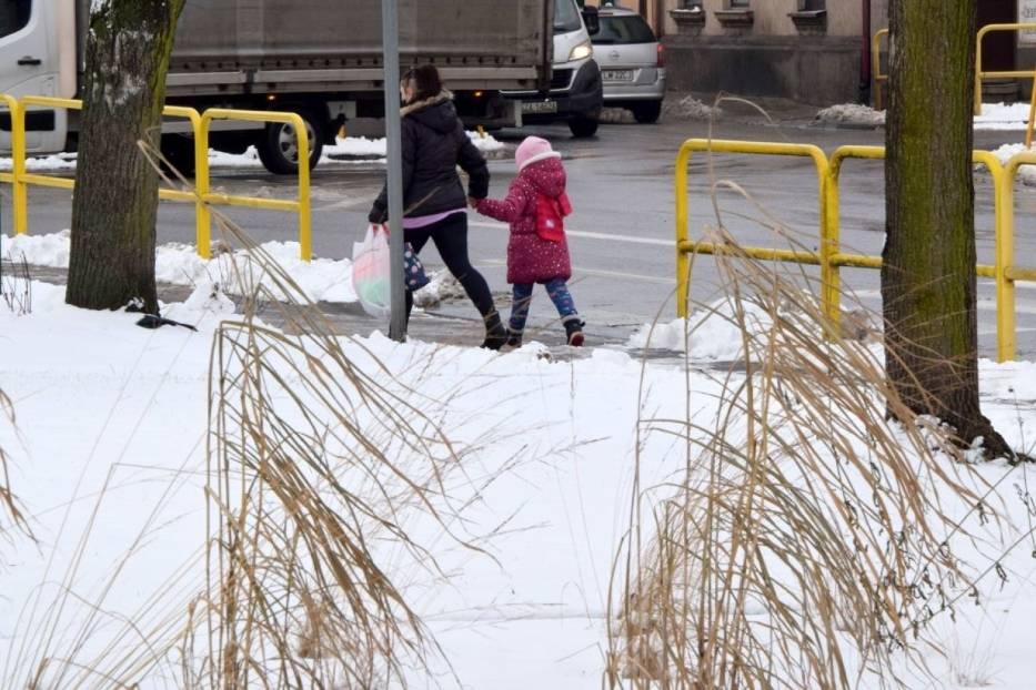 Włoszczowa zasypana śniegiem. Zobacz co się dzieje na drogach i chodnikach