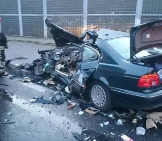 BMW zderzyło się z autobusem, dwie osoby...