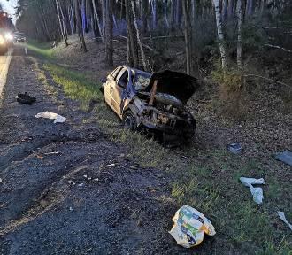Wypadek śmiertelny w Drołtowicach. 44-letni kierowca uderzył w drzewo