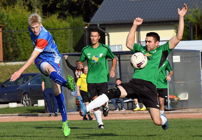 Kamil Adamski (na niebiesko) stwarzał sporo zagrożenia pod bramką Startu