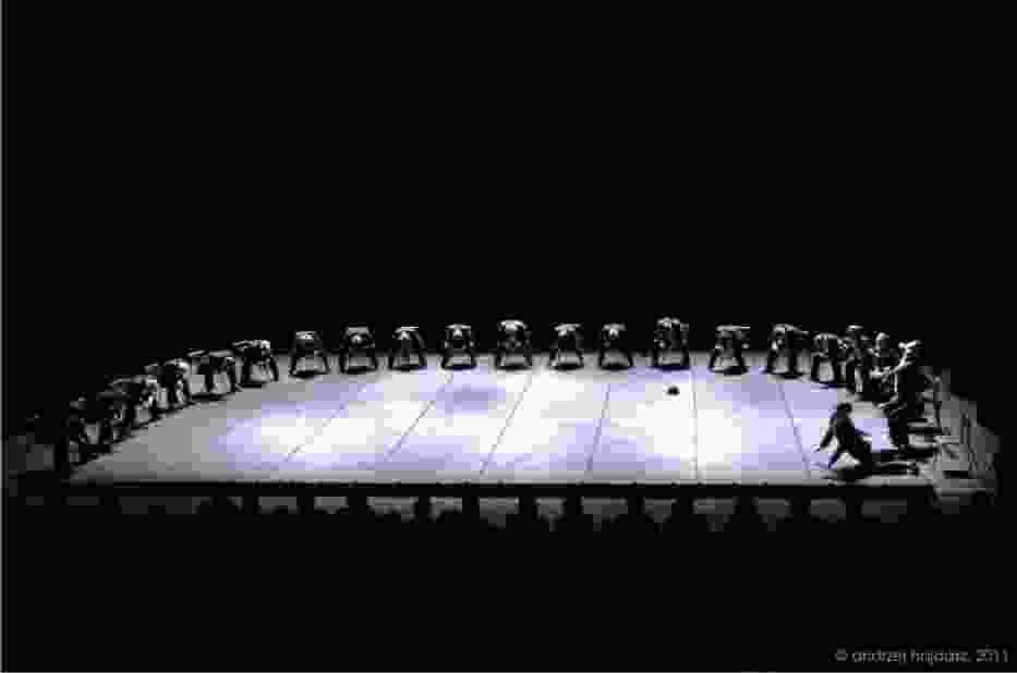 Początkowa scena elektryzuje każdego, kto pojawi się na przedstawieniu