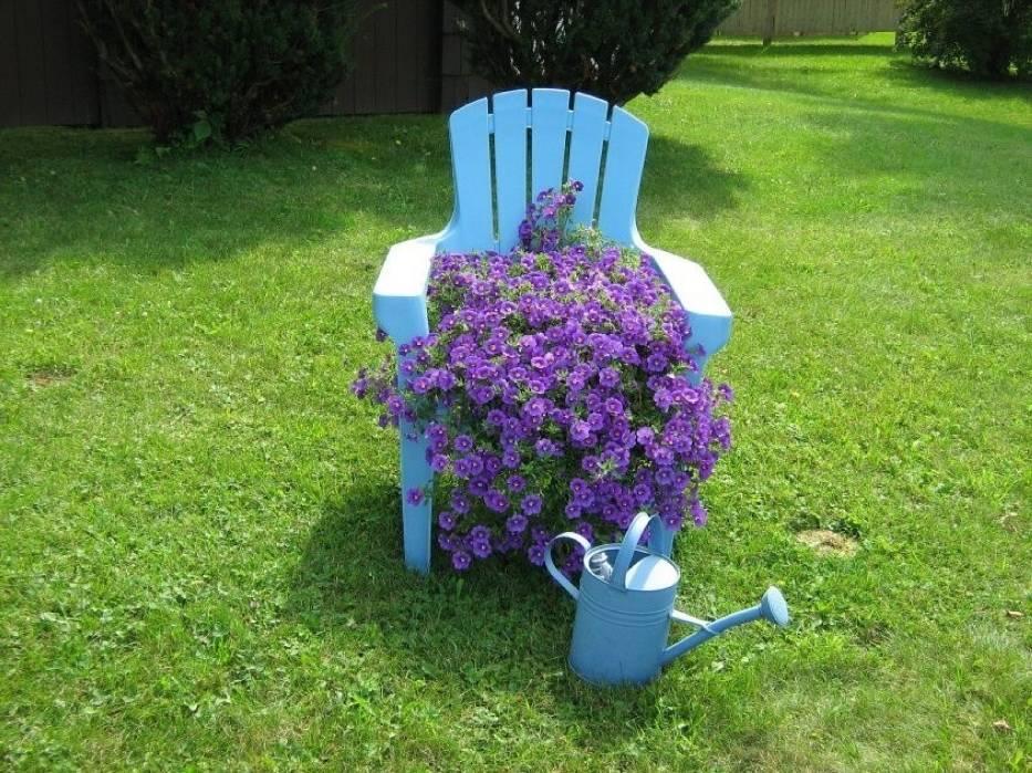 Ozdobą ogrodu mogą też stać się zwykłe rzeczy, wykorzystane w niezwykły sposób
