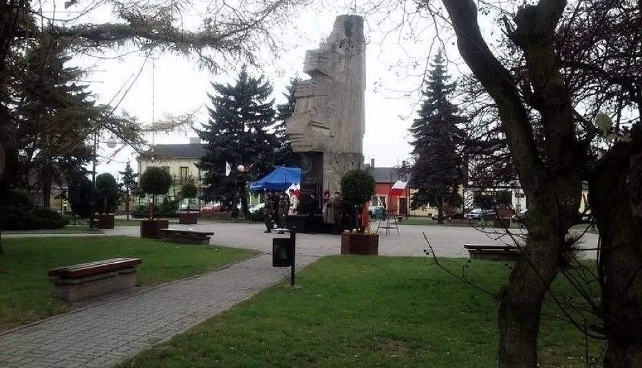 Uczestnicy Mszy Świętej przemaszerowali na rynek gdzie pod pomnikiem  Chwały Oręża Polskiego, towarzyszyły im poczty sztandarowe