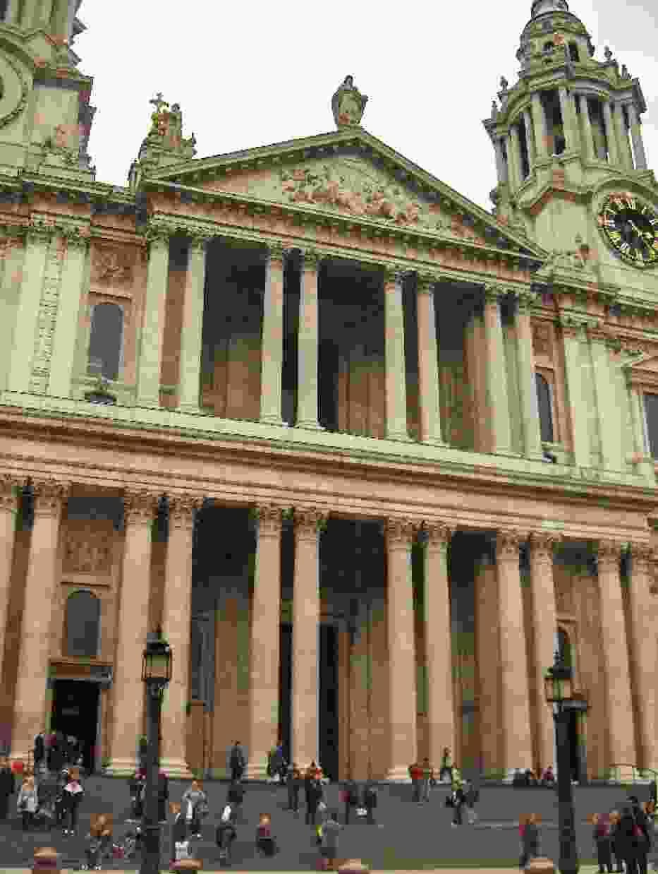 Katedrę zbudowano na niewielkim wzgórzu Lidgate Hill