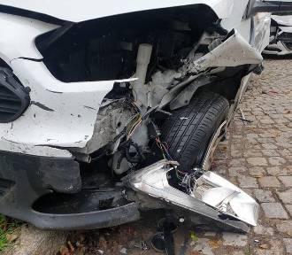 Trzy rozbite samochody na ulicy Sienkiewicza w Szczawnie - Zdroju. Co tu się stało?