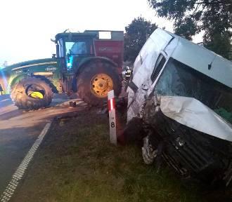 Gm. Obrzycko. Bus zderzył się z ciągnikiem rolniczym. Jedna osoba trafiła do szpitala