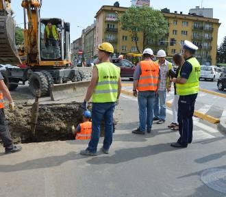 Poważne uszkodzenie sieci wodociągowej w centrum Tarnowa [ZDJĘCIA]