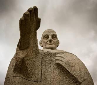 Zobacz zaskakujące pomniki. Kogo przedstawiają? Gdzie są? [ZDJĘCIA]