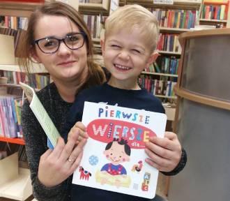 """Biblioteka w Margoninie wręcza dzieciom """"wyprawki czytelnicze"""" (ZDJĘCIA)"""