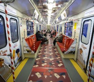 Bajkowe metro w Warszawie. Specjalnie przyozdobione wagony znajdziecie na linii M1 [ZDJĘCIA]