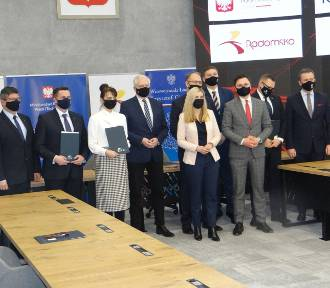Prezydenci 6 miast z Łódzkiego podpisali w Radomsku umowy z KZN