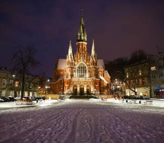 Miasto przykryte śniegiem, nocą wygląda bajecznie [ZDJĘCIA]