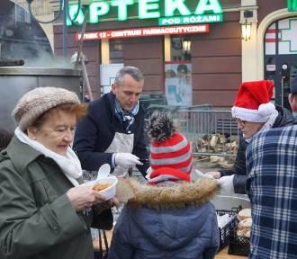 Wielkie gotowanie na rynku. Prezydent dzielił świątecznym bigosem [ZDJĘCIA]