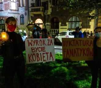 """""""Piekło"""". Pod siedzibą PiS-u odbył się symboliczny pogrzeb praw kobiet [ZDJĘCIA]"""