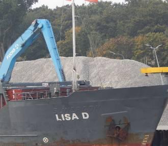 Rozładunek w porcie w Ustce. Lisa D przywiozła 1100 ton kruszywa [ZDJĘCIA]
